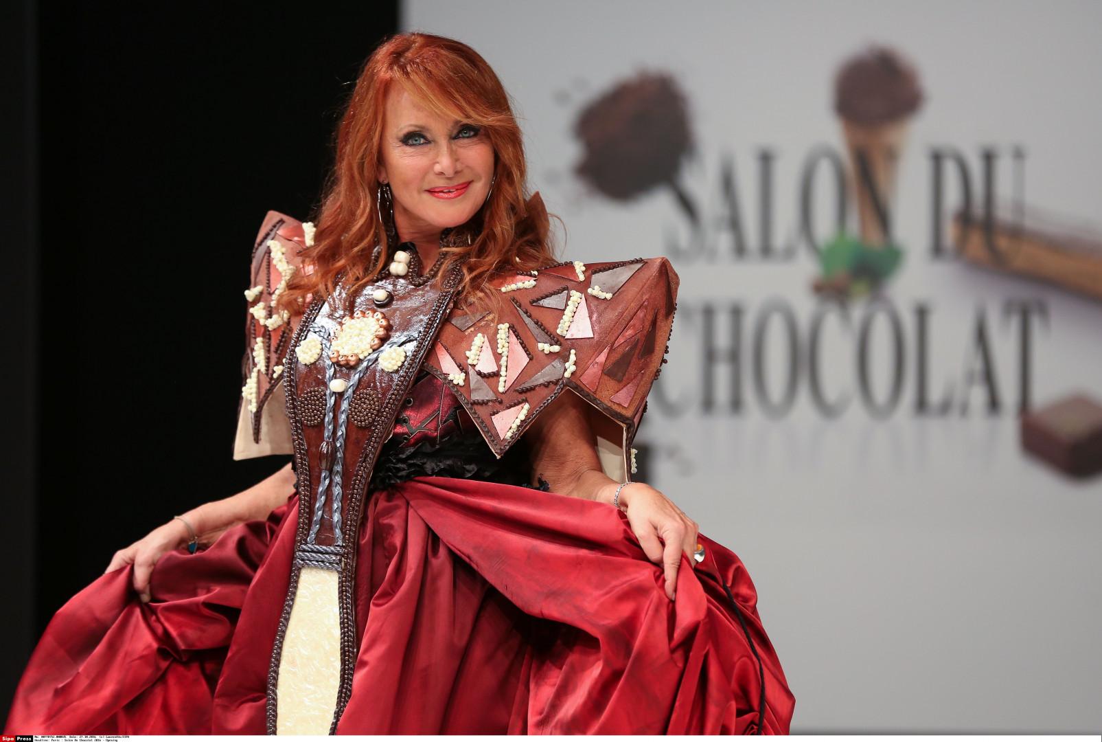 La chanteuse Julie Pietri avec une robe en chocolat