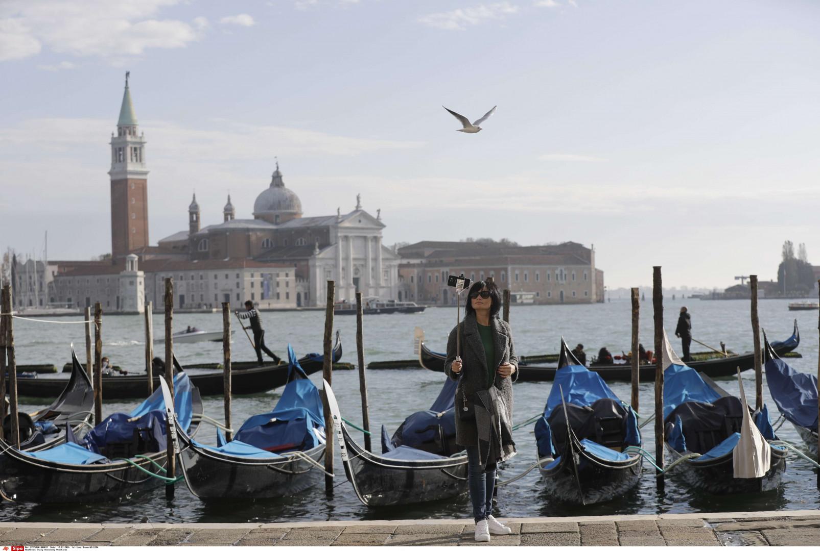 Une touriste se prend en selfie à Venise, le 12 novembre 2016