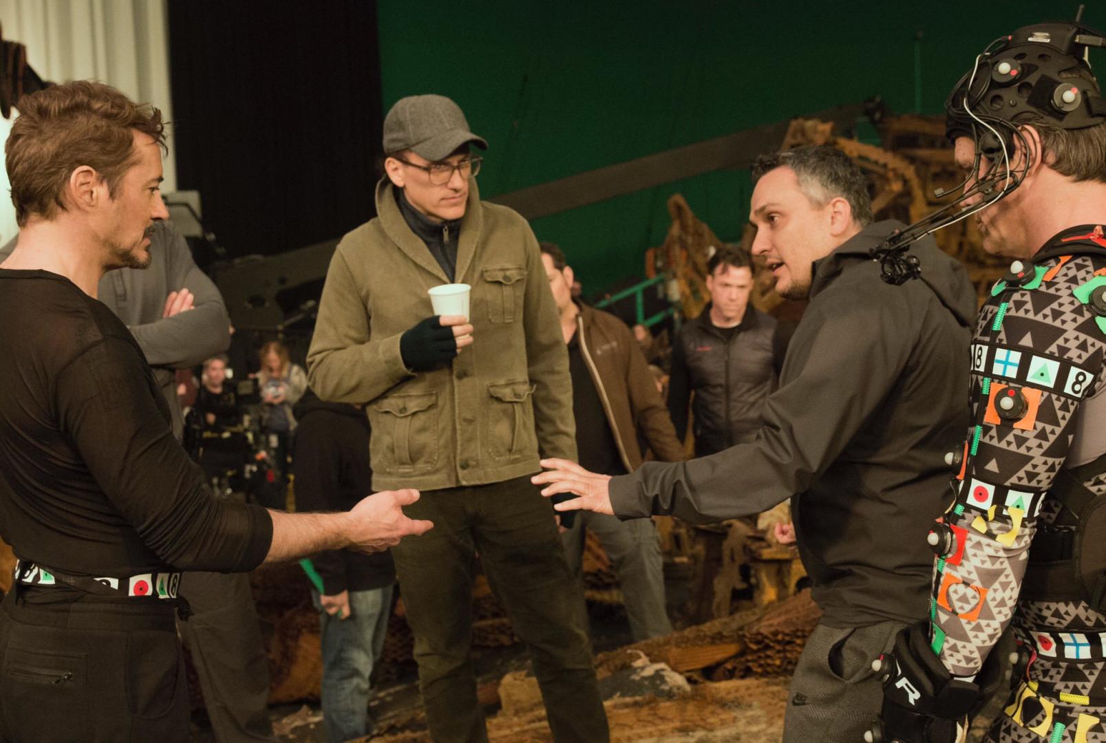 Robert Downey Jr .en pleine discussion avec Joe et Anthony Russo