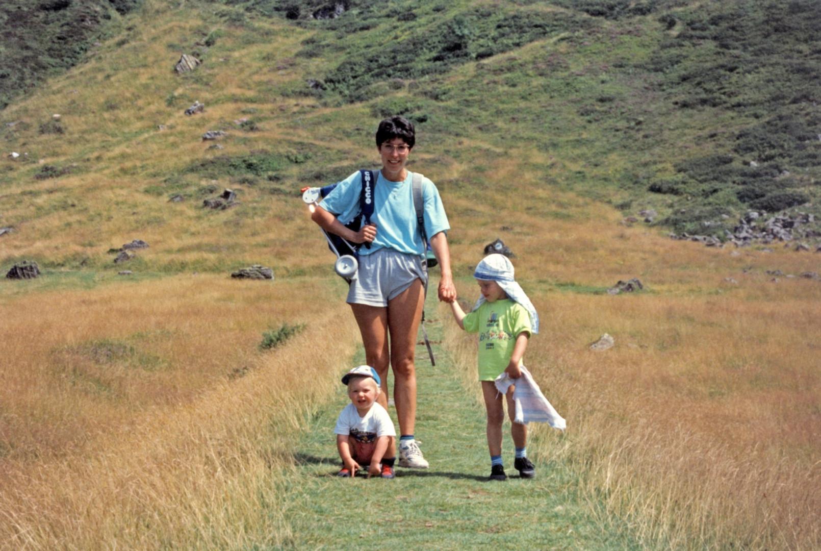 Kevin Mayer (à droite) avec l'un de ses deux frères et sa maman Carole