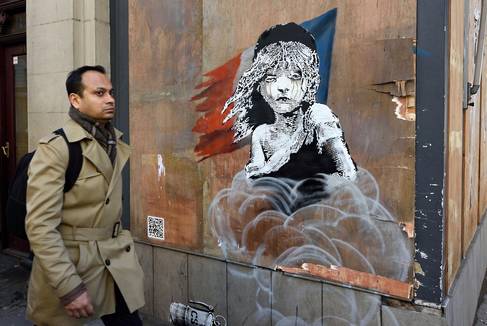 L'oeuvre recouvre une partie de la façade de l'ambassade de France à Londres