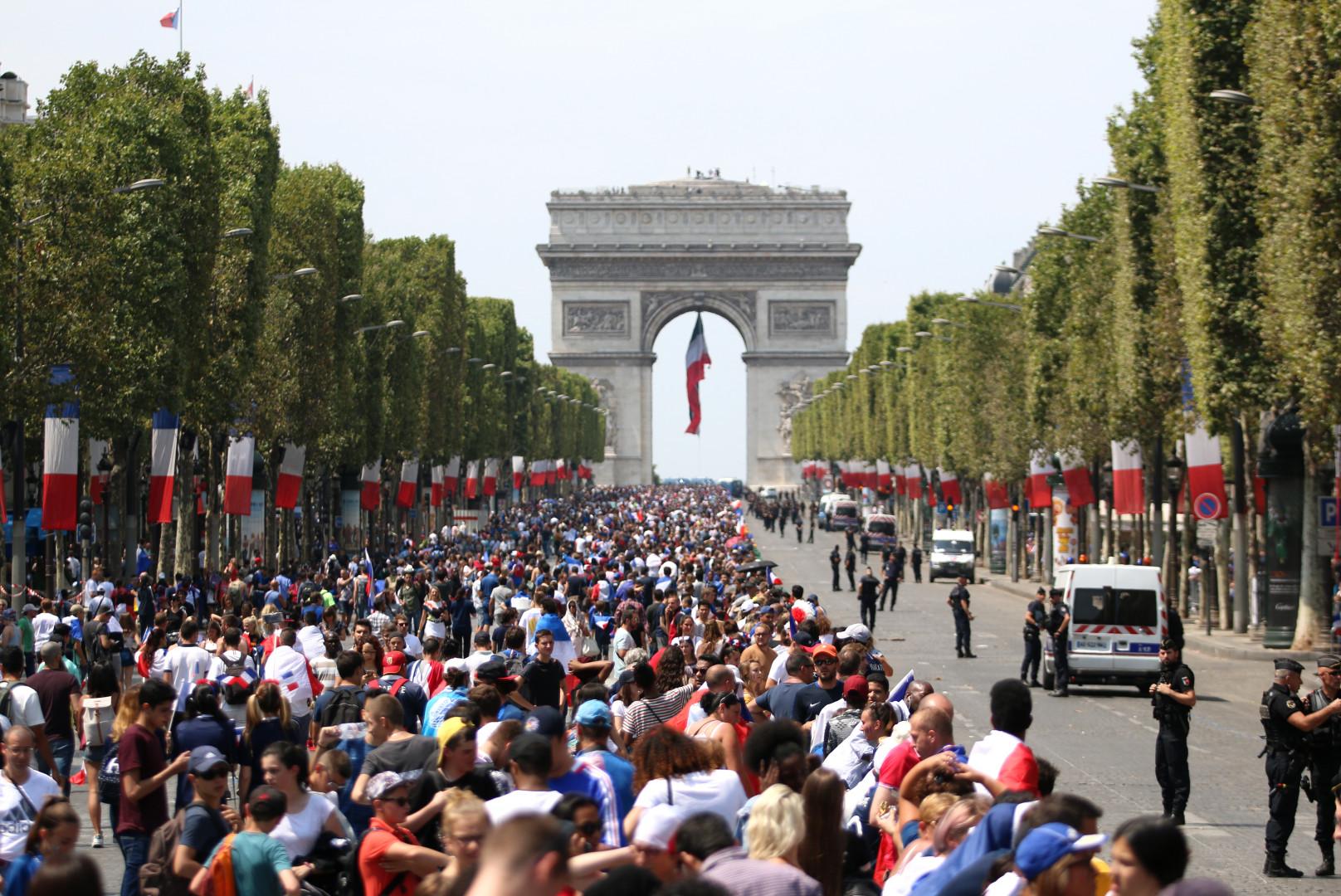 Les Champs-Élysées sont déjà noir de monde avant l'arrivée de l'équipe de France, le 16 juillet 2018