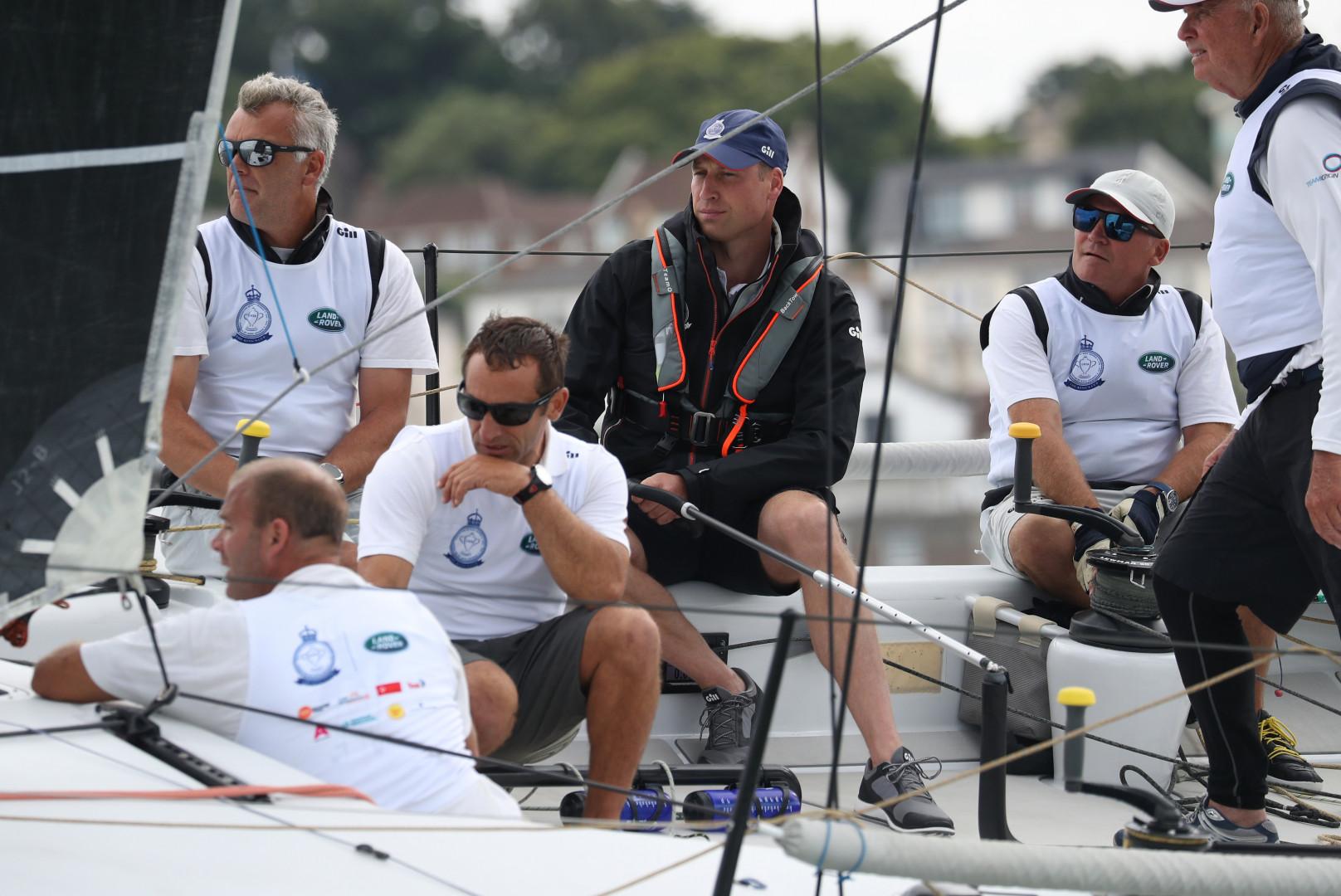 Le prince William entouré des skippers sur la régate de la course