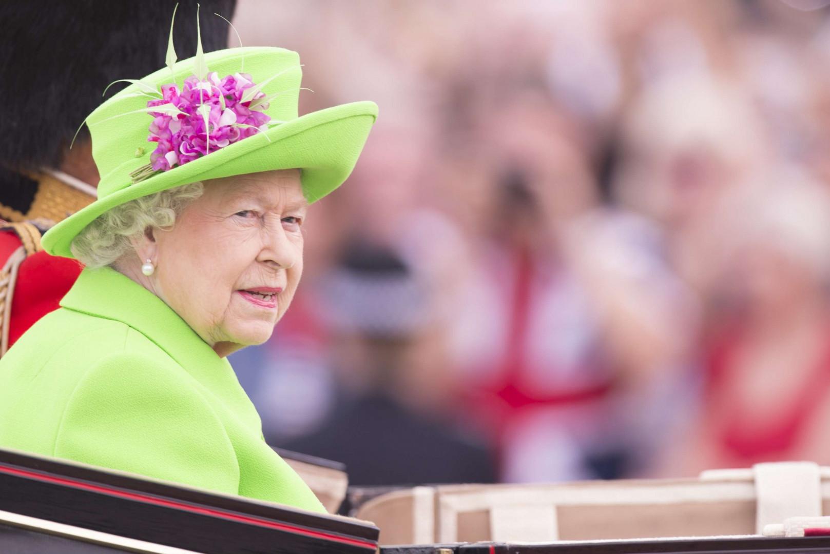 La tenue d'un vert éclatant de la reine a encore été saluée par les internautes.