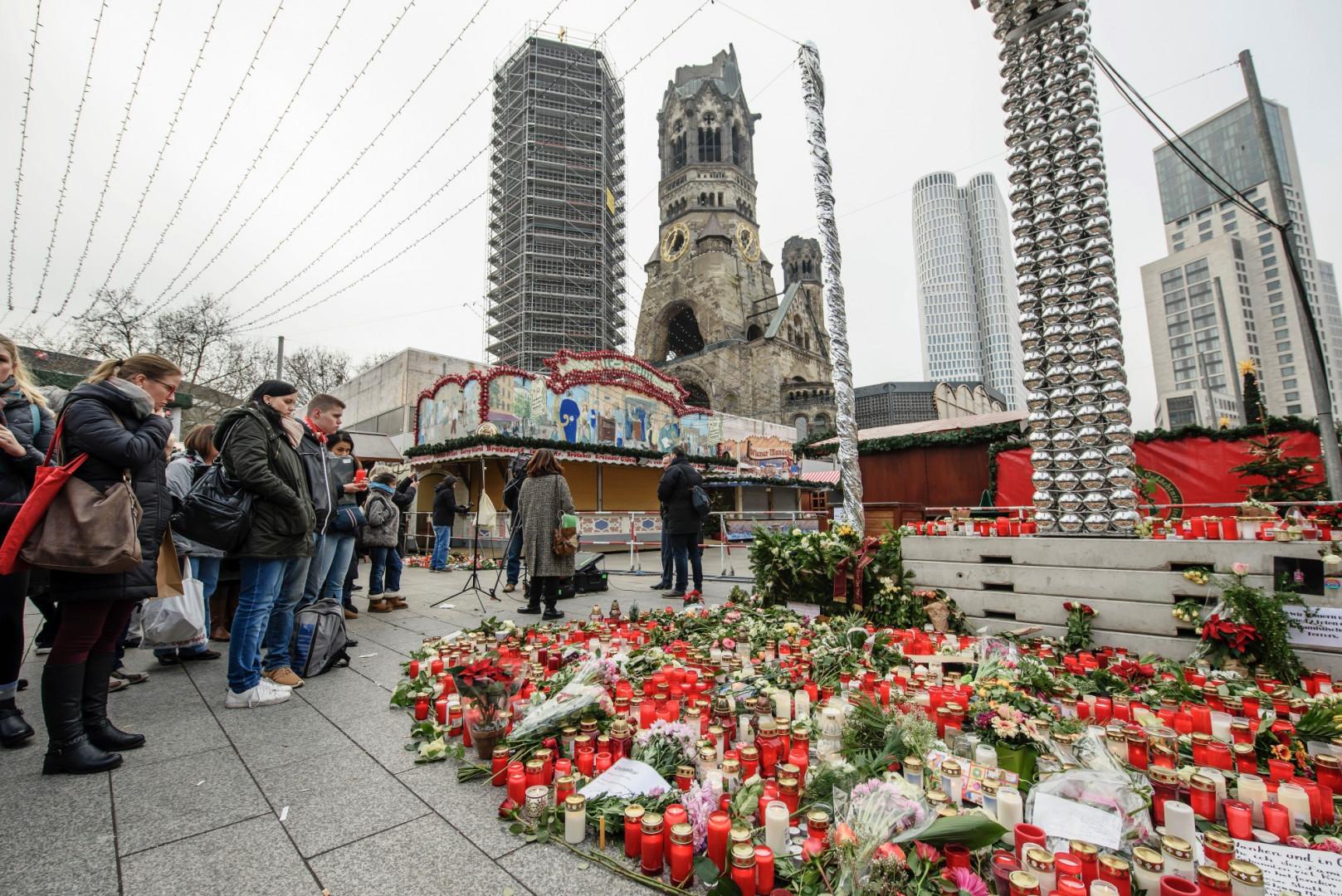 Des personnes rendent hommage aux victimes de l'attentat de Berlin, le 21 décembre 2016.