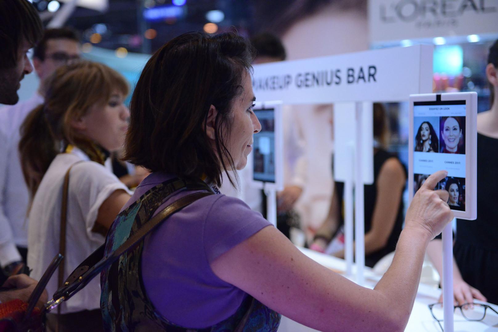 L'application Make Up Genius utilise la réalité augmentée pour simuler du maquillage en temps réel