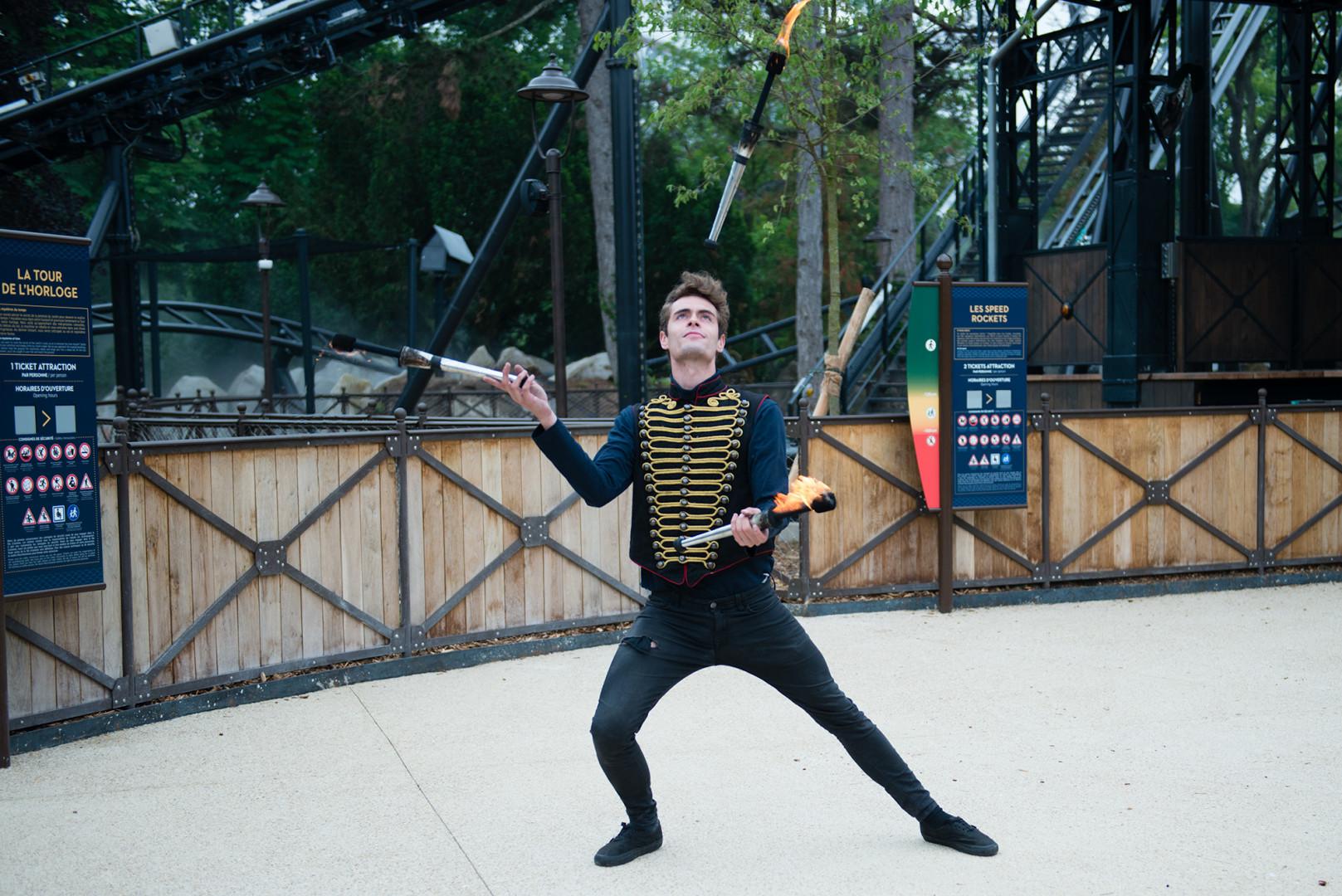 Le Jardin d'Acclimatation proposera désormais des parades, des spectacles de cracheur de feu et de jongleurs aux visiteurs.