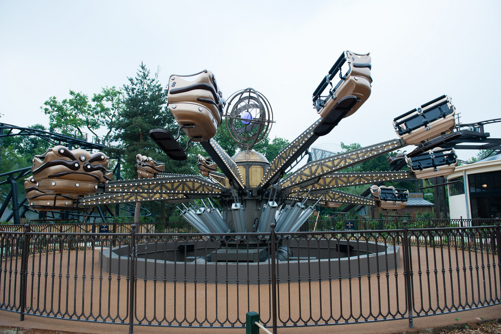 Avec ses capsules qui bondissent en marche avant et arrière, l'Astrolabe est une attraction plus intense qu'il n'y paraît.