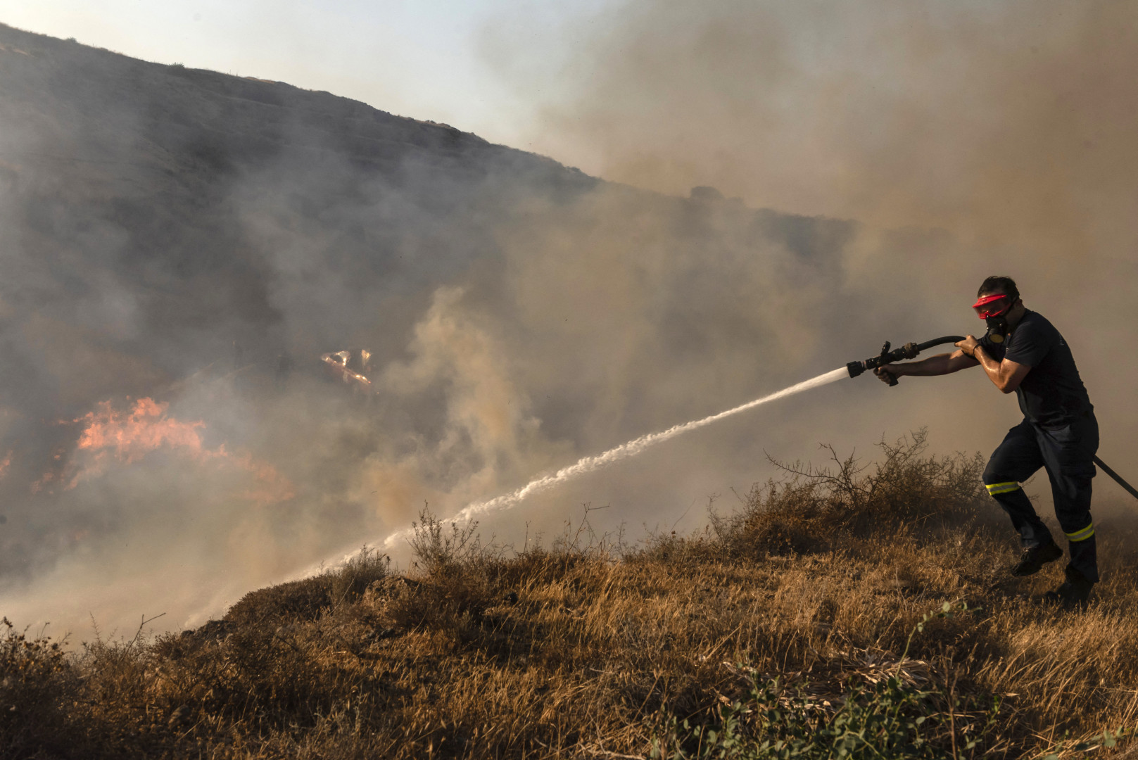 Même s'il est désormais sous contrôle, une importante présence de pompiers a été maintenue dans le secteur en cas de possibles reprises de feux.