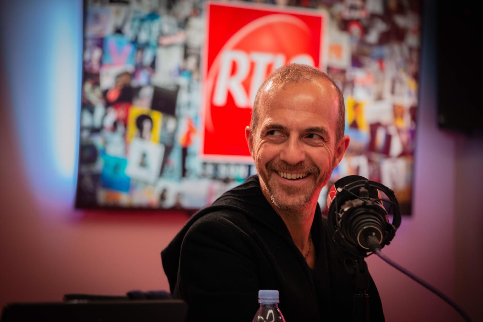 Calogero dans les studios de RTL2