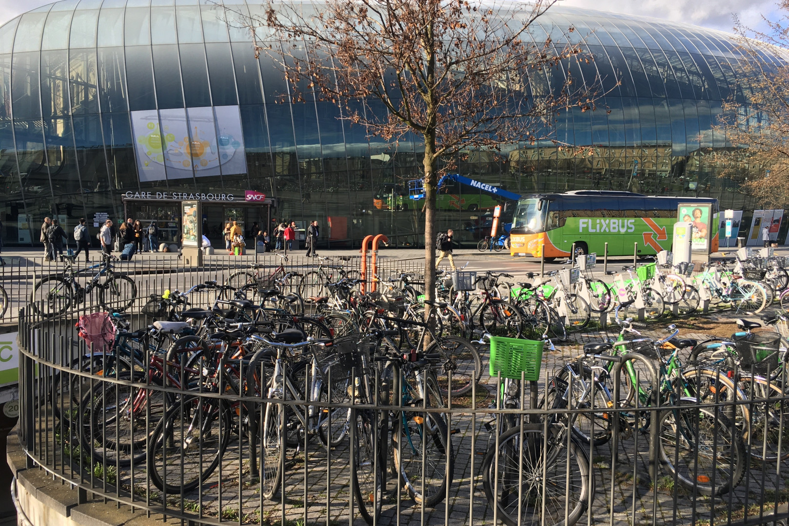 Les vélos s'entassent devant la gare de Strasbourg