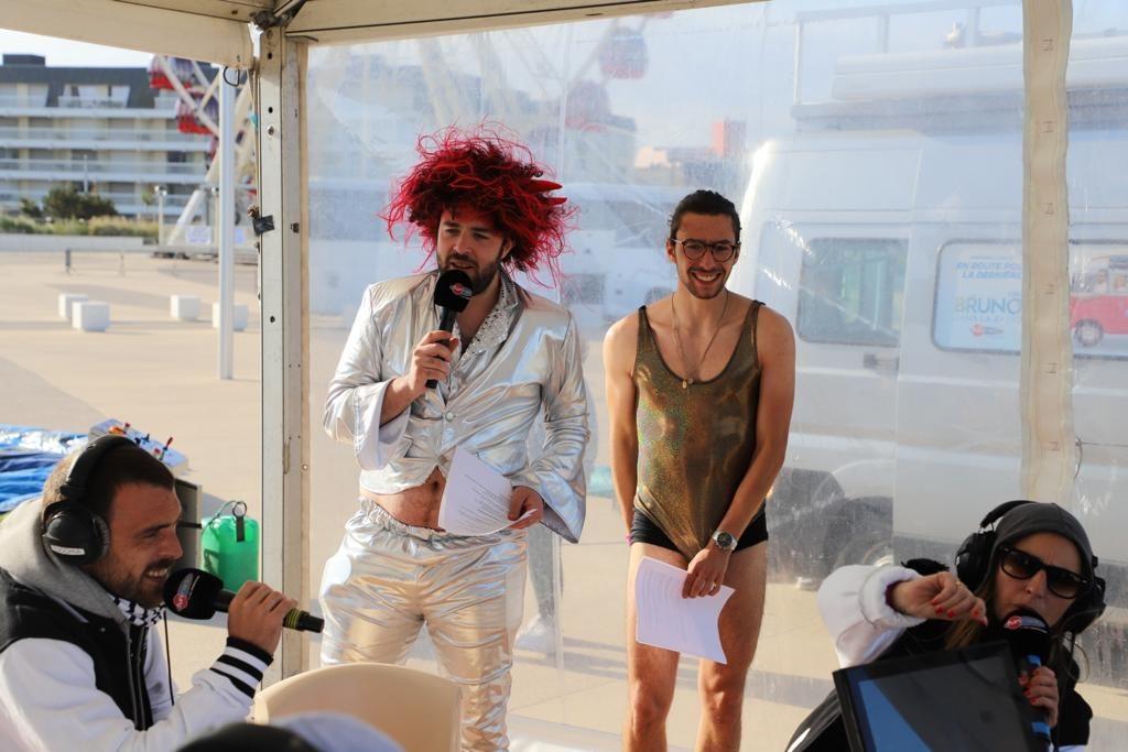 Elliot déguisé en Claude François pour la dernière de Bruno dans la radio à Berck-sur-Mer