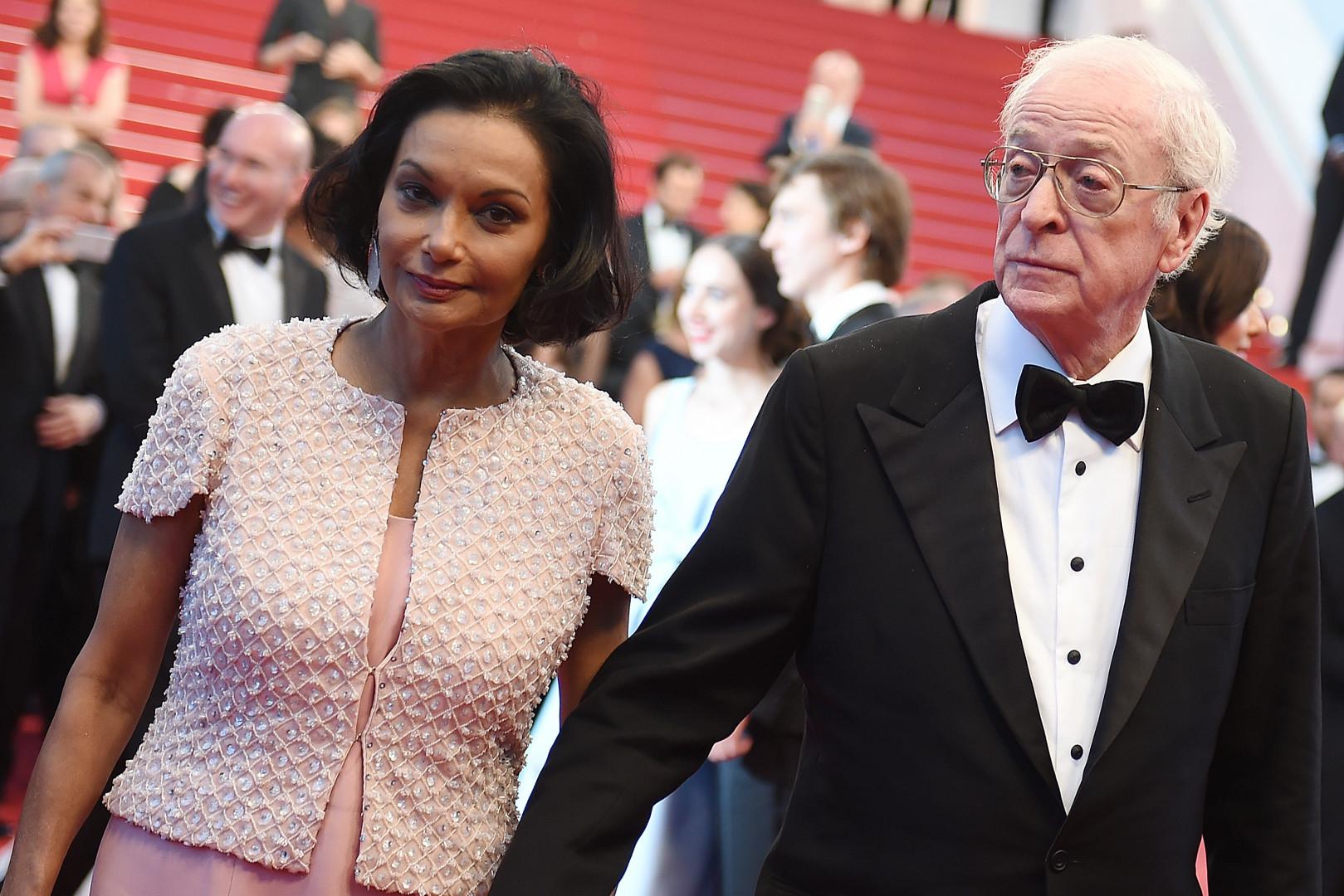 Michael Caine, élégant en compagnie de sa femme sur la Croisette le 20 mai