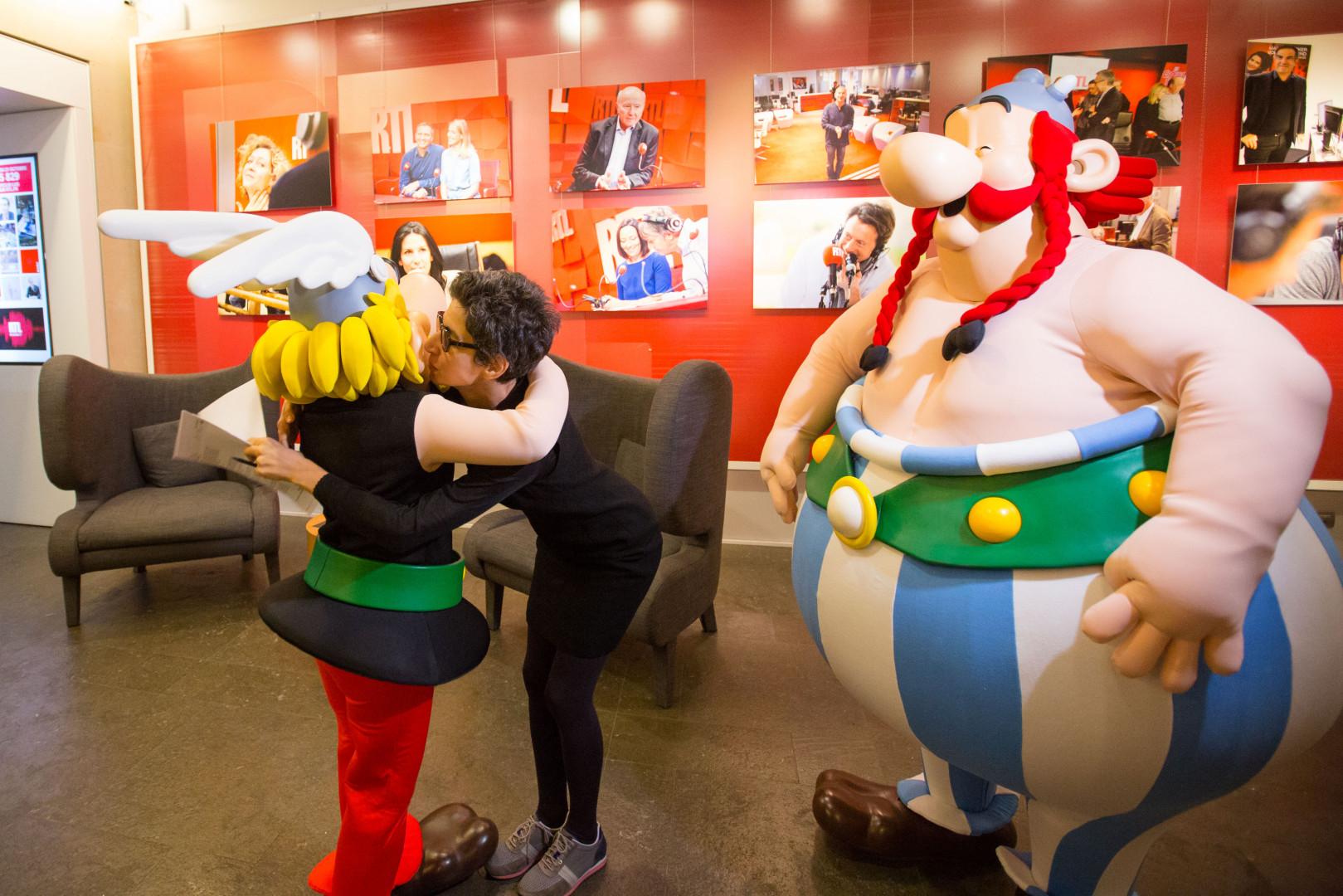 Astérix et Obélix saluent Monique Younès, journaliste à RTL