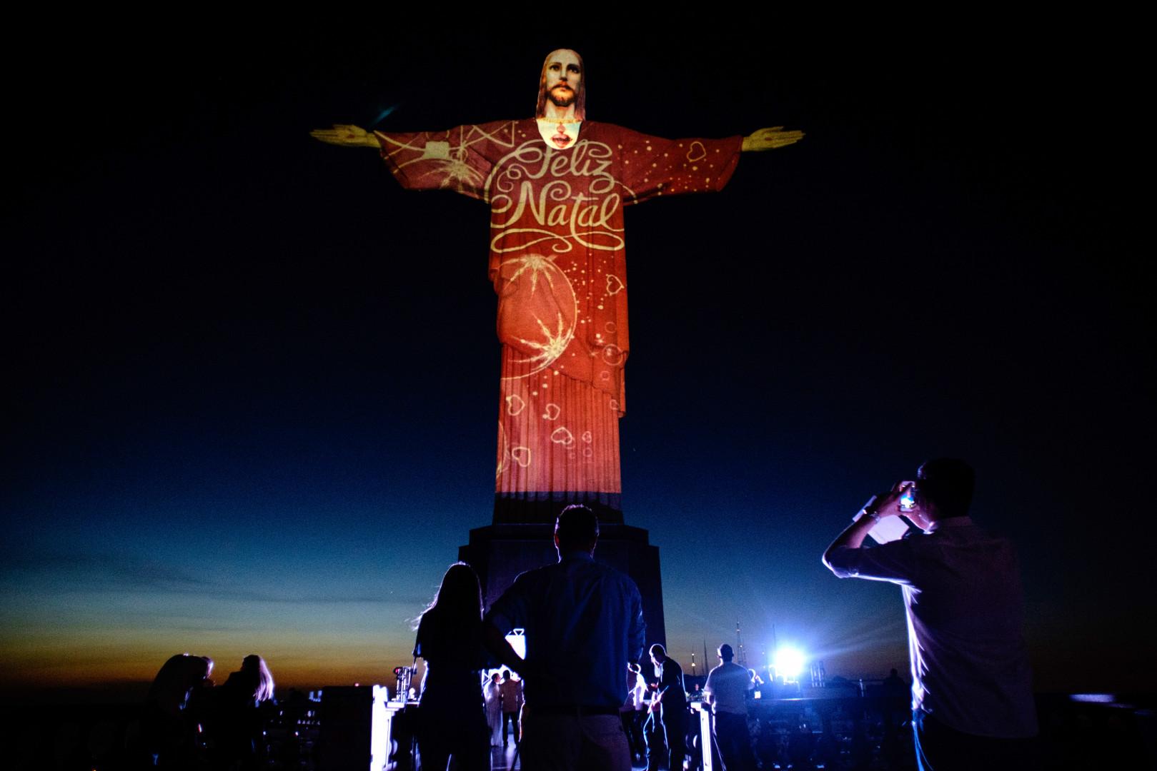 Le Christ Rédempeur illuminé à l'occasion de Noël, à Rio de Janeiro