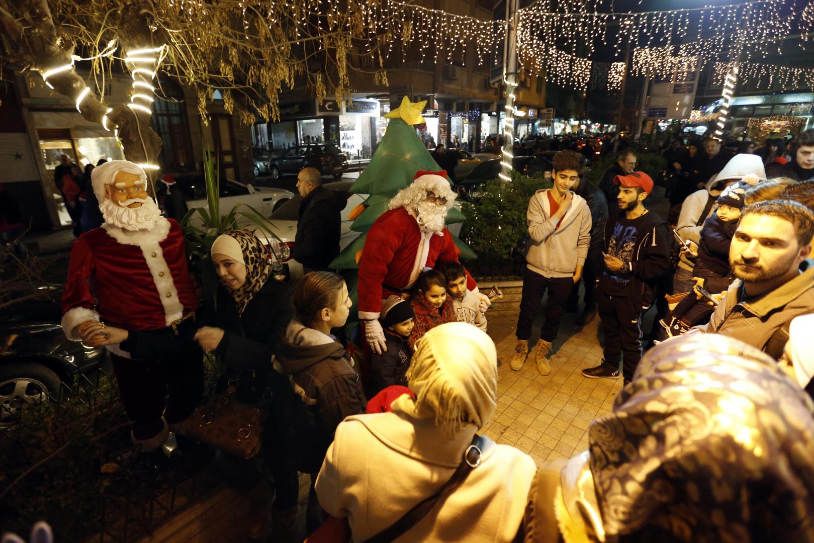 Des enfants posent avec le père Noël en Syrie
