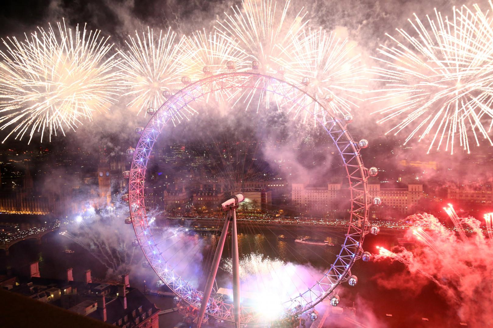 Les feux d'artifice pour le Nouvel An autour de London Eye, le 1er janvier 2016