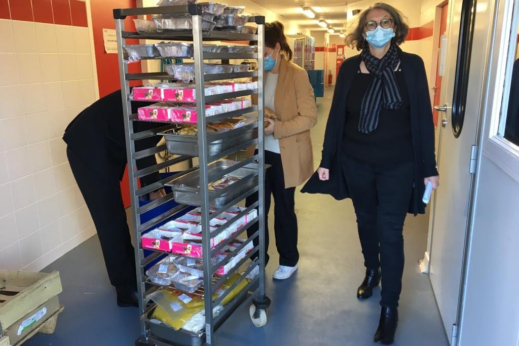 Livraison des plats au secours populaire avec Murielle Juradot responsable de la filière hôtellerie restauration du CFA