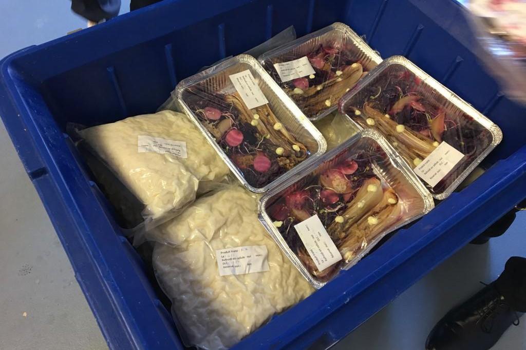 Les plats réalisés pour le Secours populaire sont mis sous vide avant d'être livrés à l'association