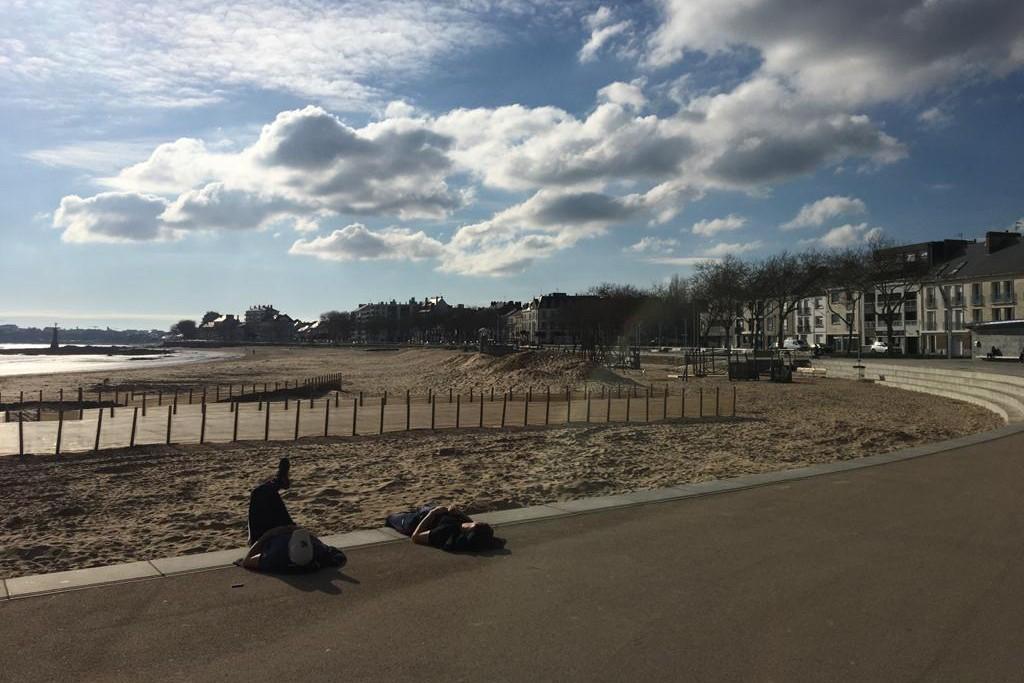 Des promeneurs couchés au bord de la plage sur la côte Atlantique