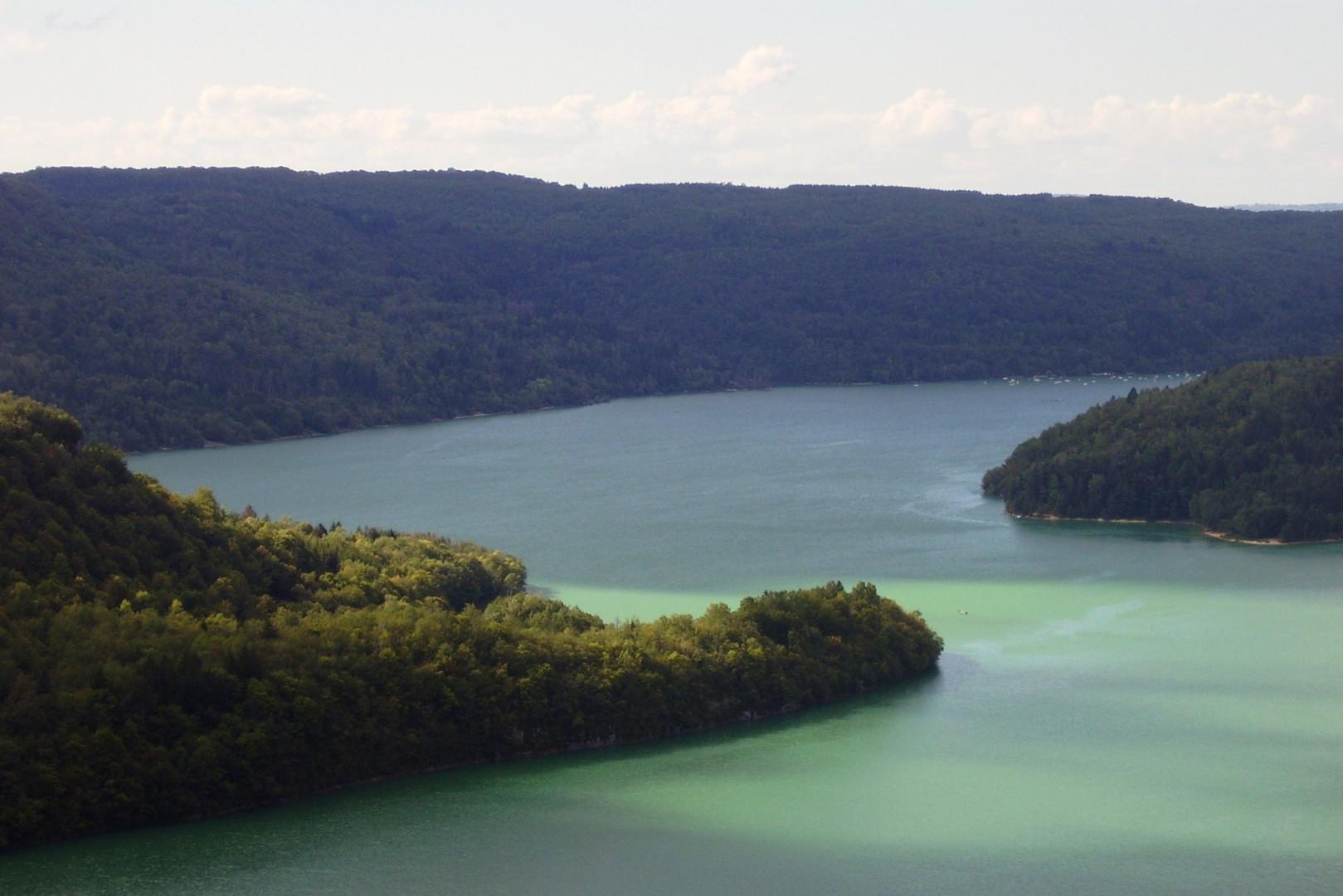 Le lac Vouglans est surnommé le lac Emeraude en raison de ses couleurs de bleus et de verts incroyables