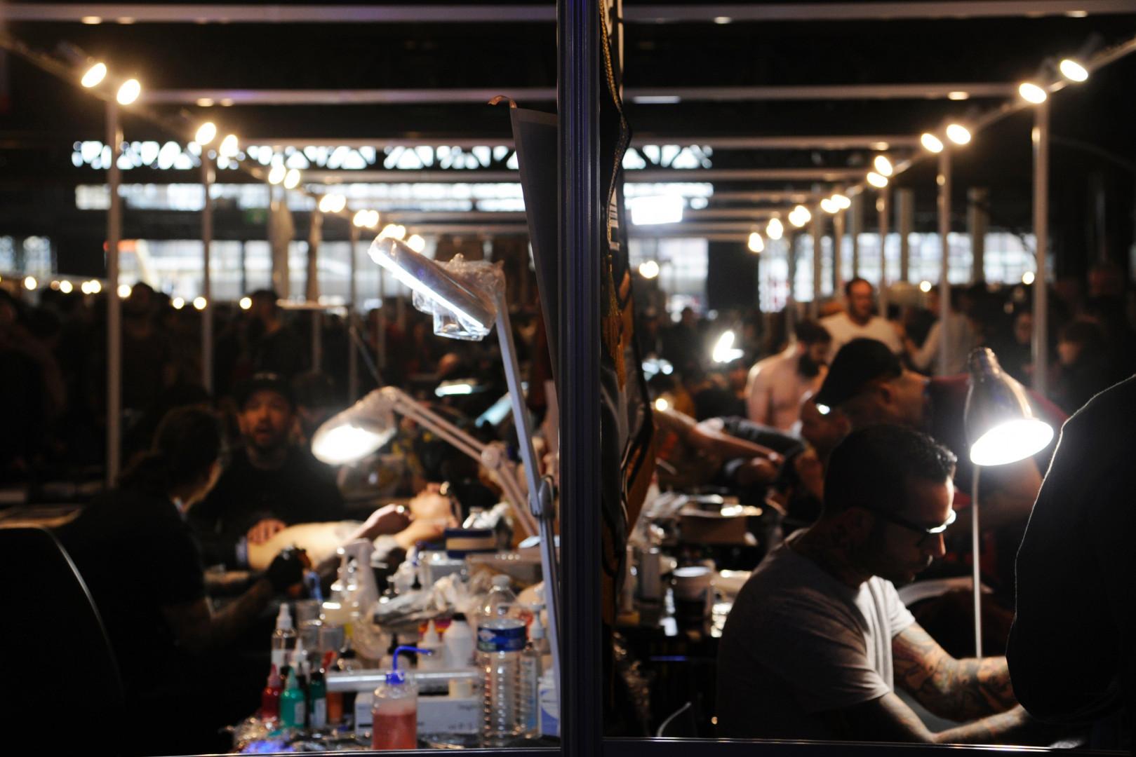 Les allées de la Grande Halle de la Villette à Paris investies par les stands du Mondial du tatouage, le 4 mars 2017