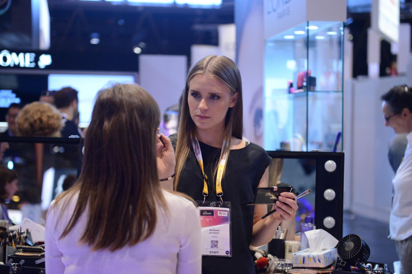 Le stand L'Oréal propose des séances de maquillage