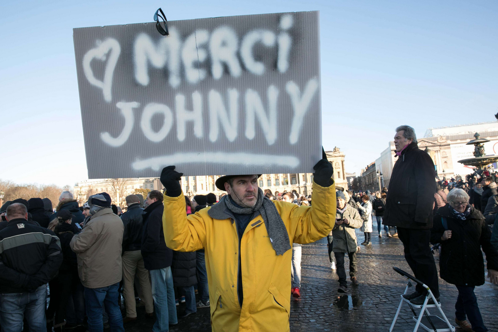 """""""Merci Johnny"""", peut-on lire sur cette pancarte brandie fièrement par un fan."""