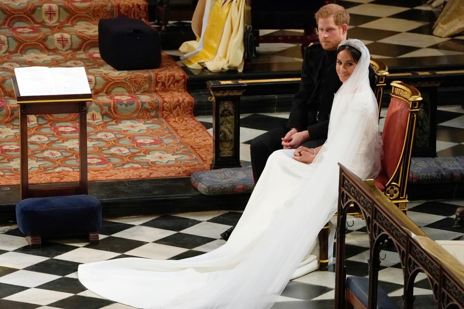"""Meghan et Harry écoutent """"Stay be me"""", chanté par une chorale dans la chapelle"""