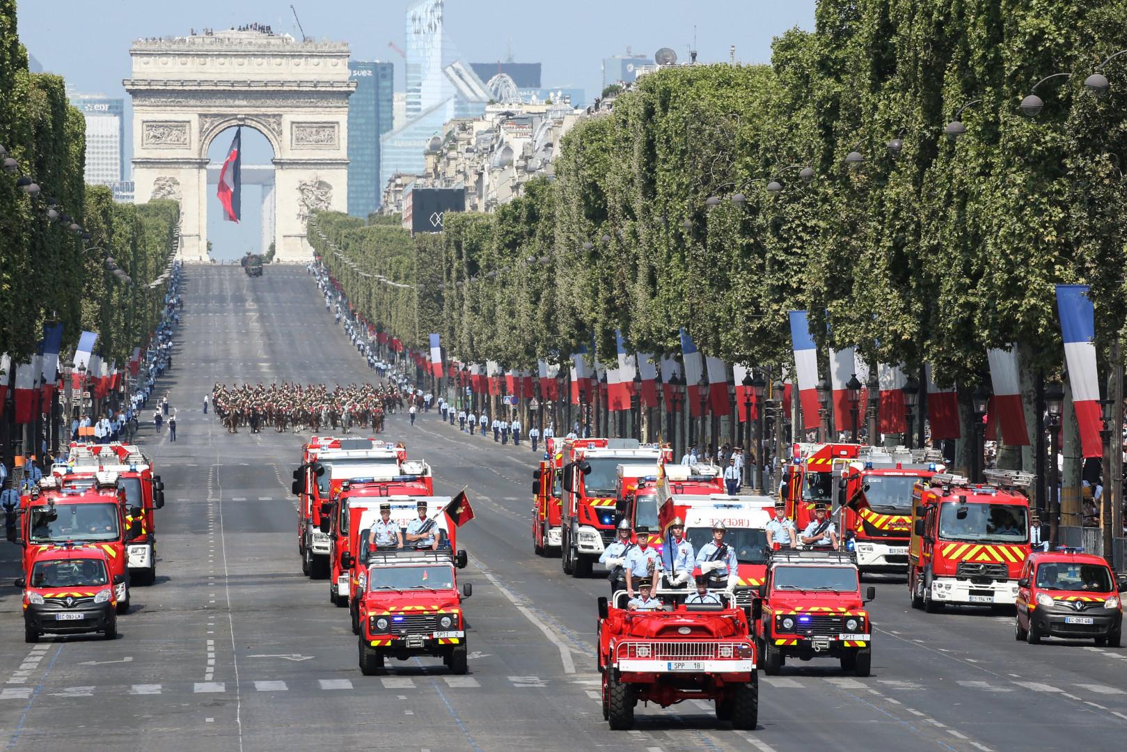 Les pompiers descendent les Champs-Élysées samedi 14 juillet lors du traditionnel défilé
