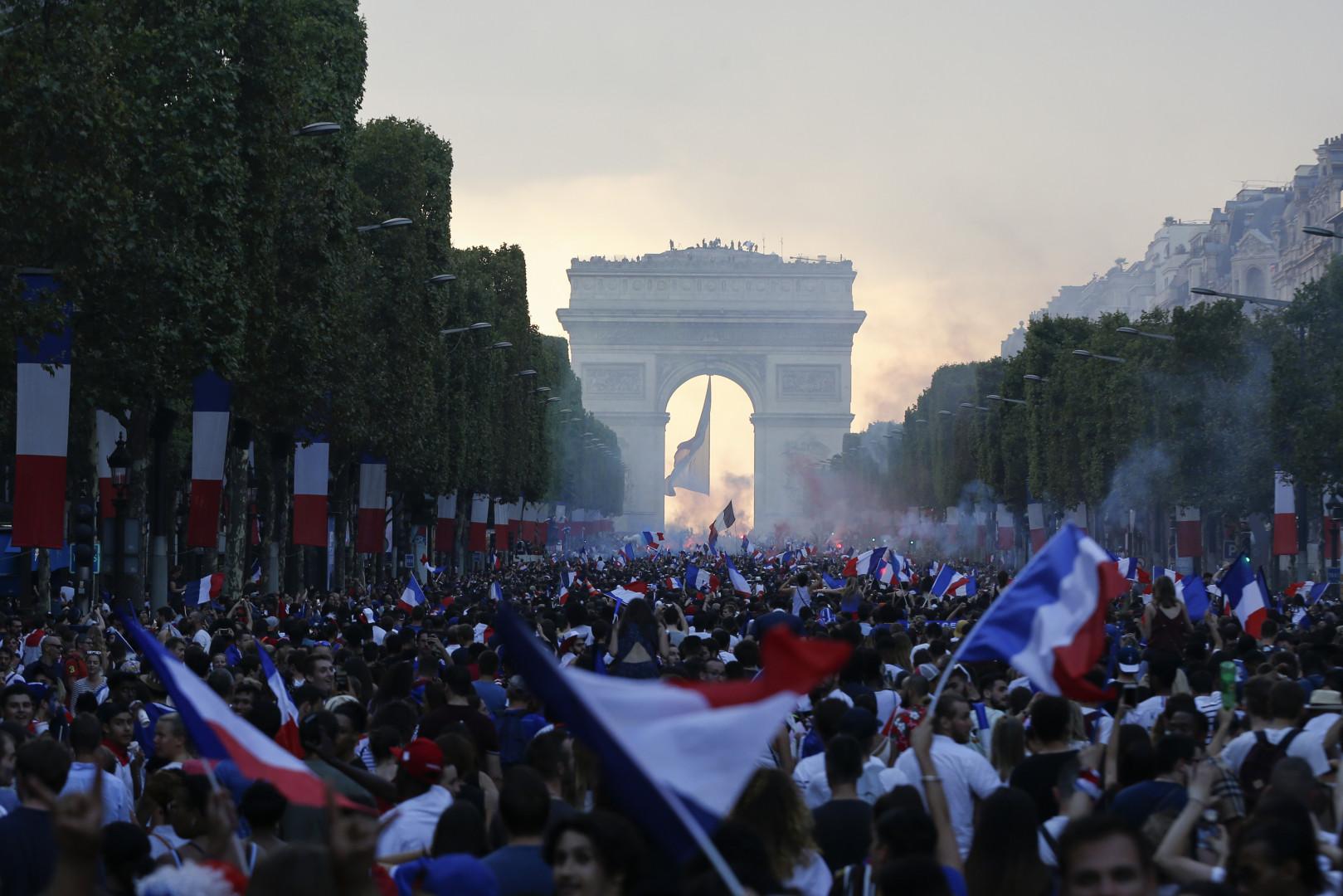 Les Français ont déferlé sur les Champs-Élysées après la victoire des Bleus