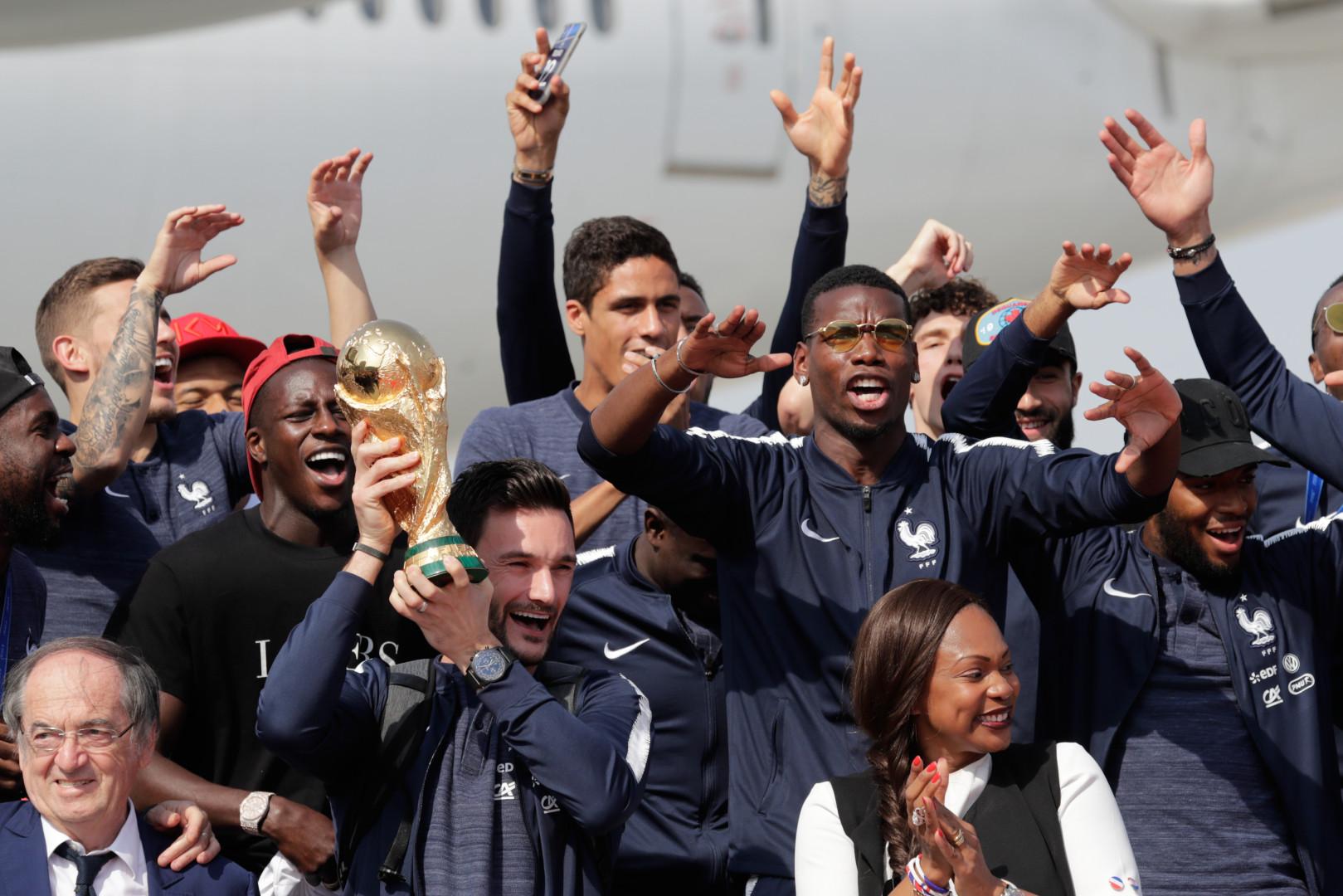 Hugo Lloris a présenté la Coupe du Monde au personnel de l'aéroport, présents sur le tarmac, le 16 juillet 2018 à Roissy