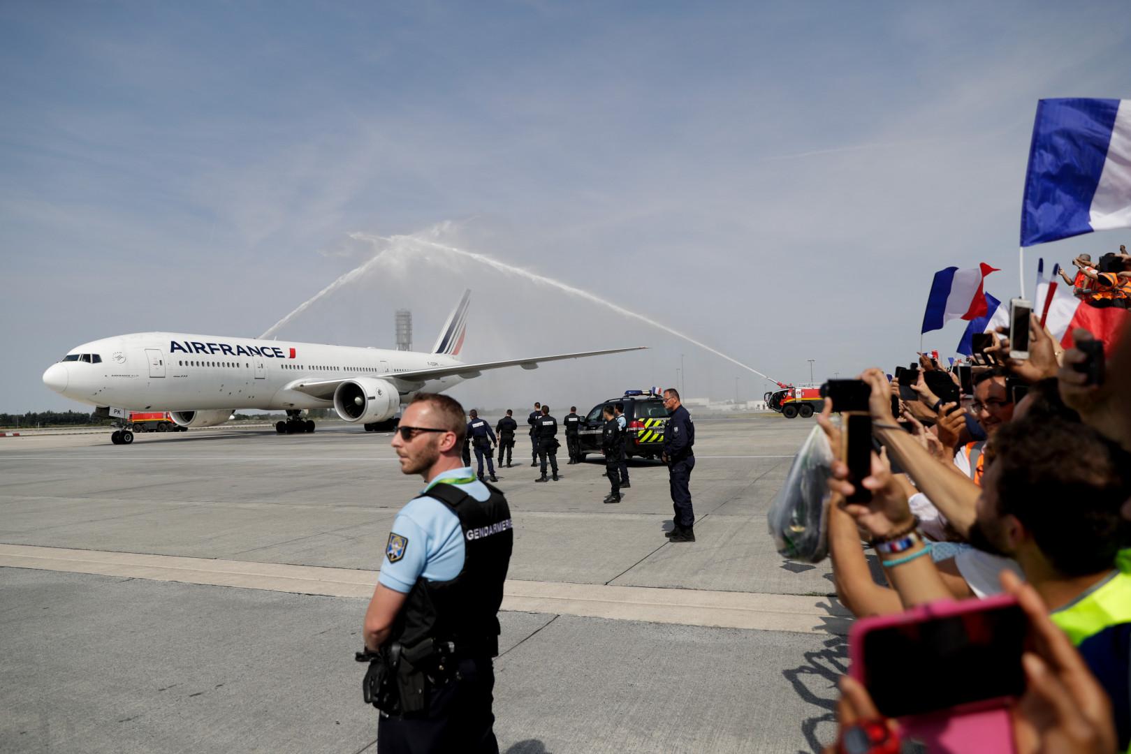 """C'est un """"water salute"""" qui a accueilli l'avion des Bleus à Roissy, le 16 juillet 2018"""