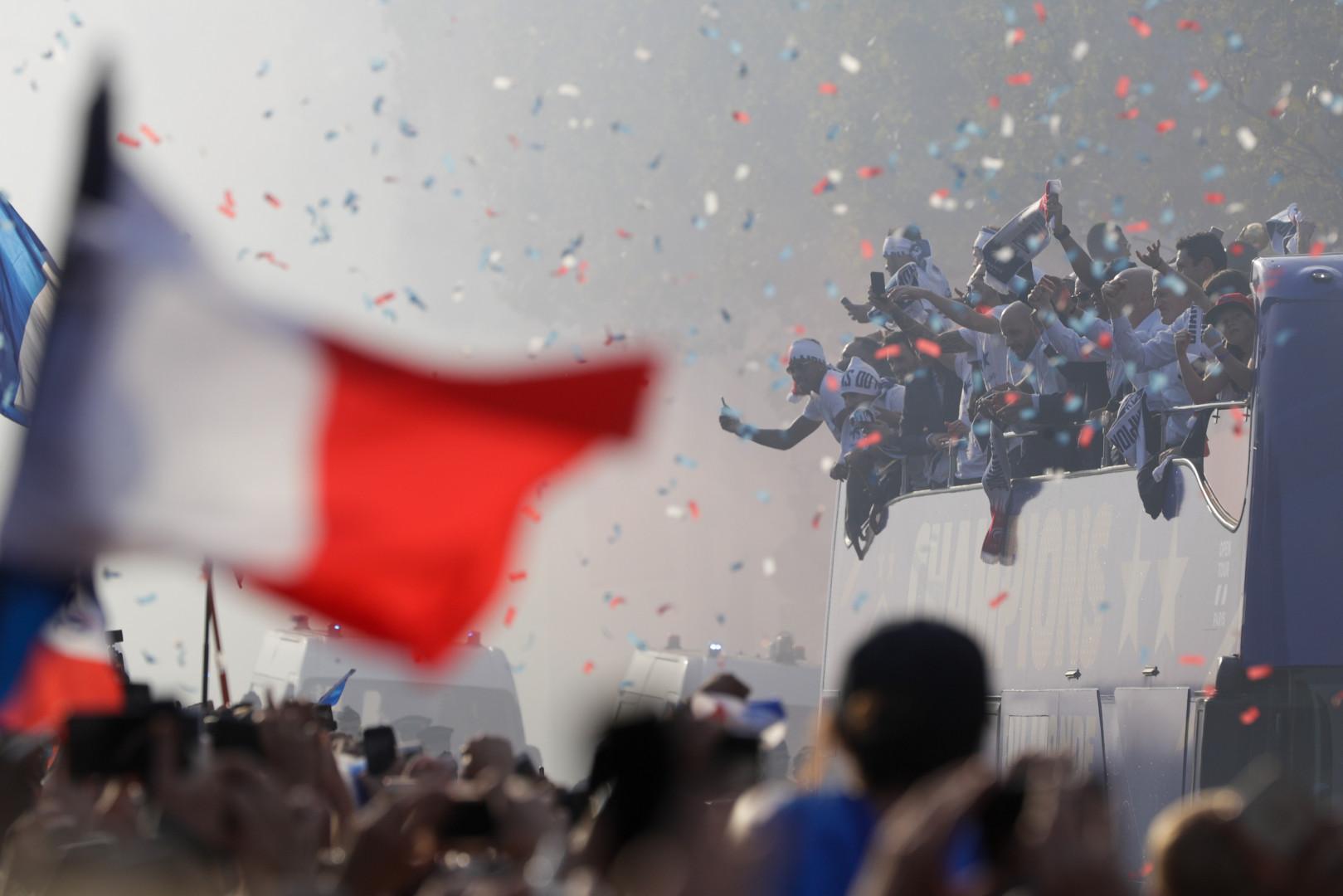 Le bus des Bleus sur les Champs-Élysées le 16 juillet
