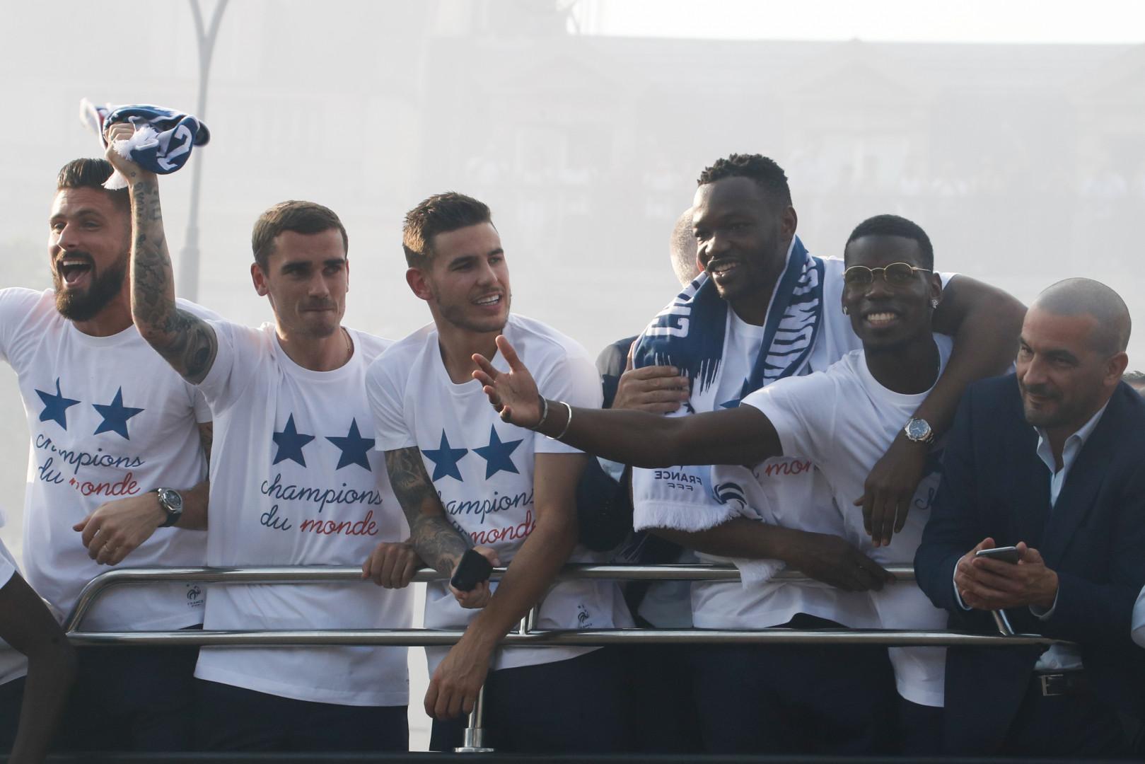 Olivier Giroud Antoine Griezmann, Lucas Hernandez, Steve Mandanda et Paul Pogba sur la bus à l'impériale