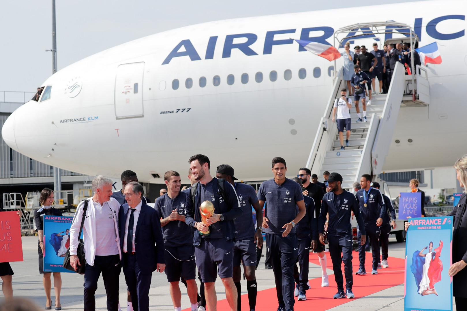 Didier Deschamps mène ses joueurs à la sortie de l'avion à Roissy le 16 juillet