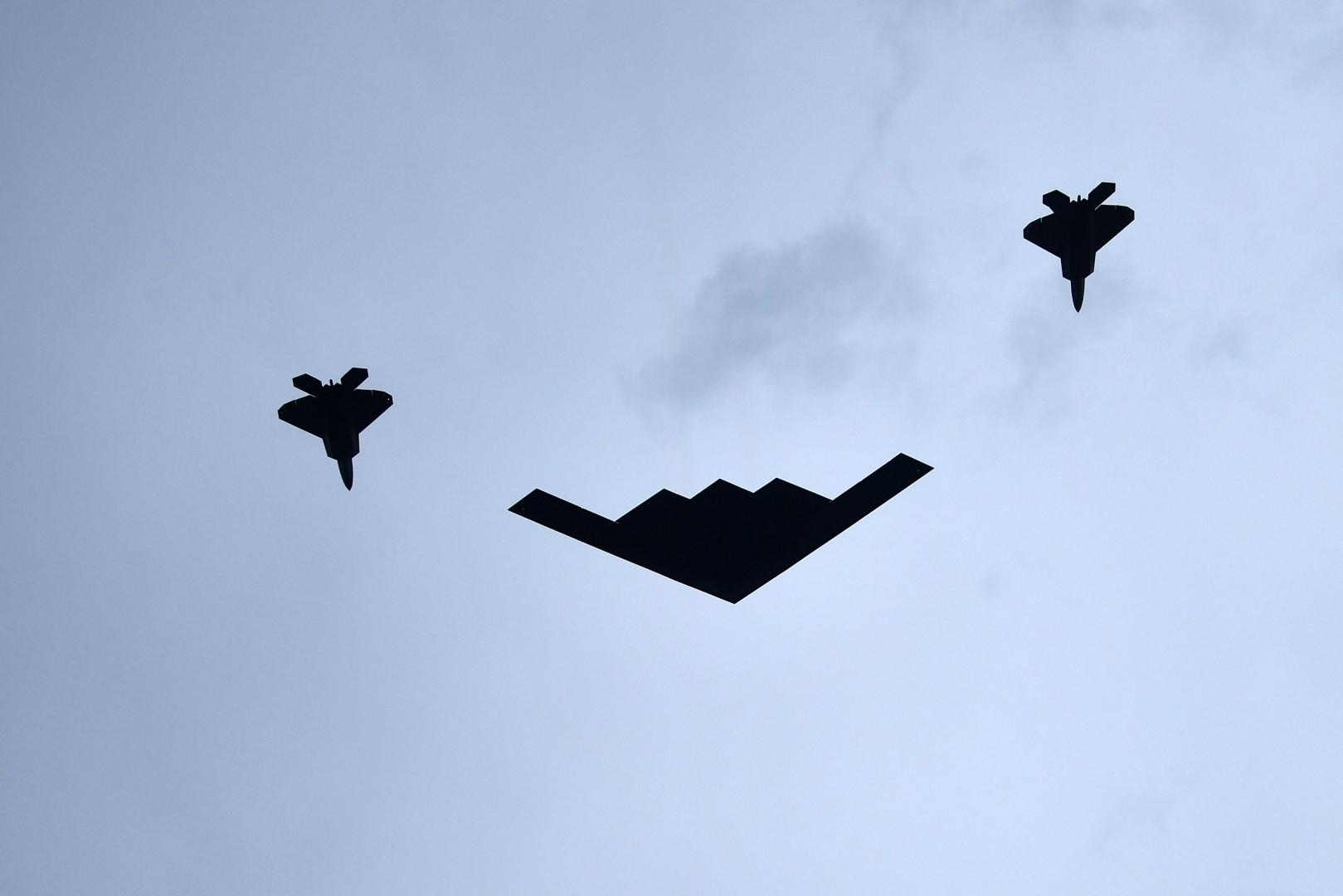 Témoin du ton militaire voulu par Donald Trump, le survol de l'A B-2 Spirit, escorté par deux F-22 Raptors.
