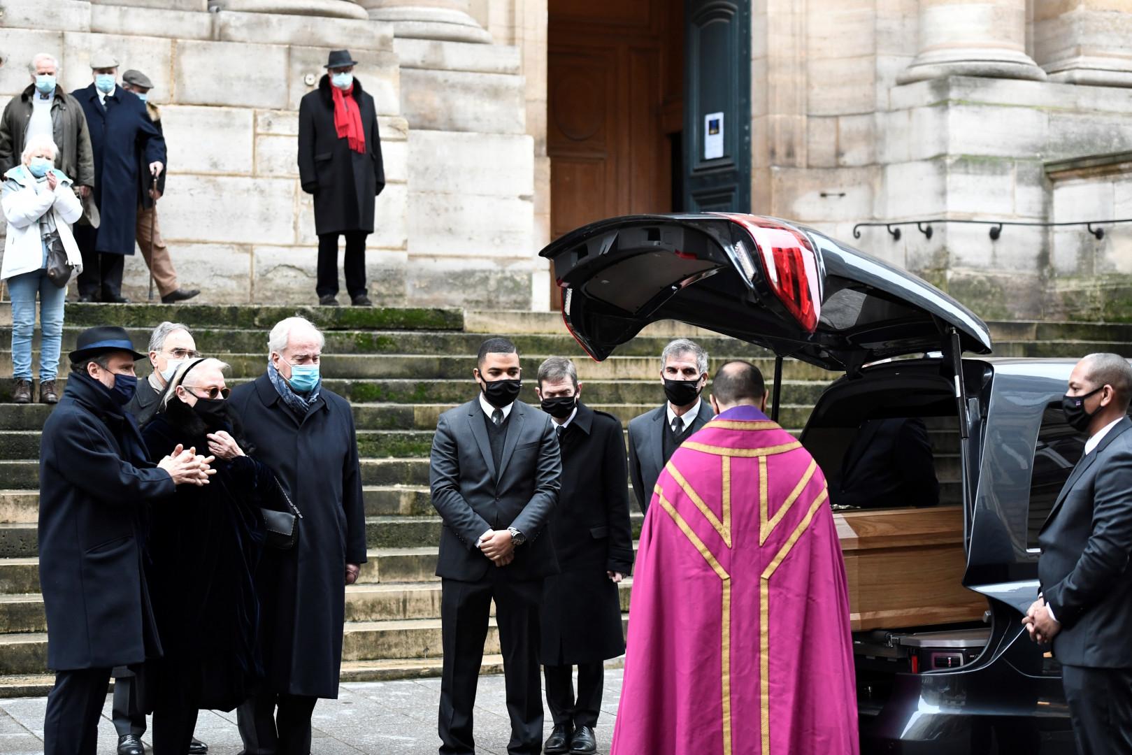 La cérémonie s'est tenue à l'église Saint-Roch à Paris, en présence de dizaines d'anonymes.