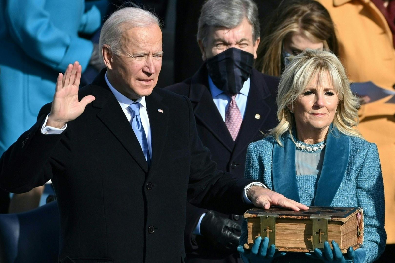 Joe Biden prêtant serment sur la Bible familiale, le 20 janvier 2021