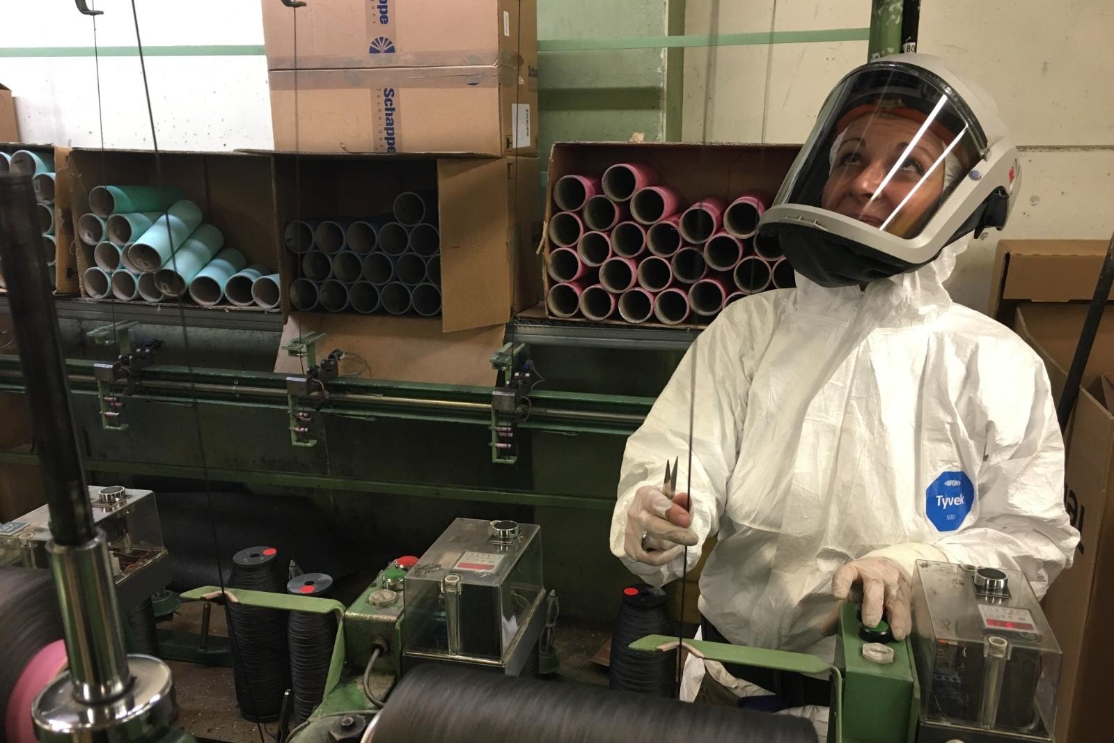Un ouvrier s'occupe des fils de carbone