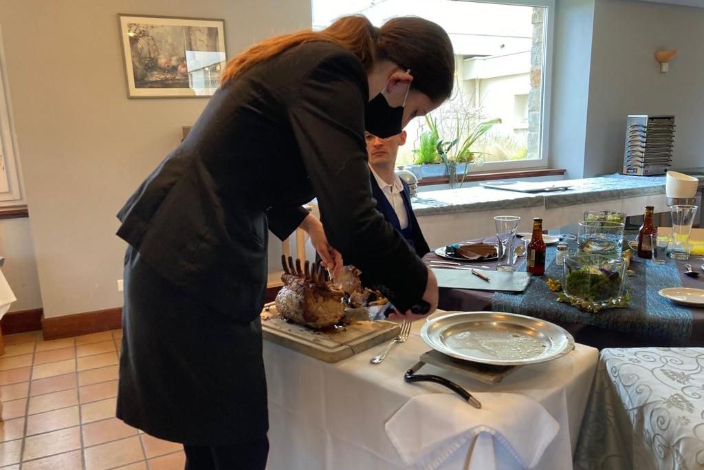 Pour l'épreuve en salle, les candidats ont dû présenter leurs plats et découper la viande du plat principal au guéridon.