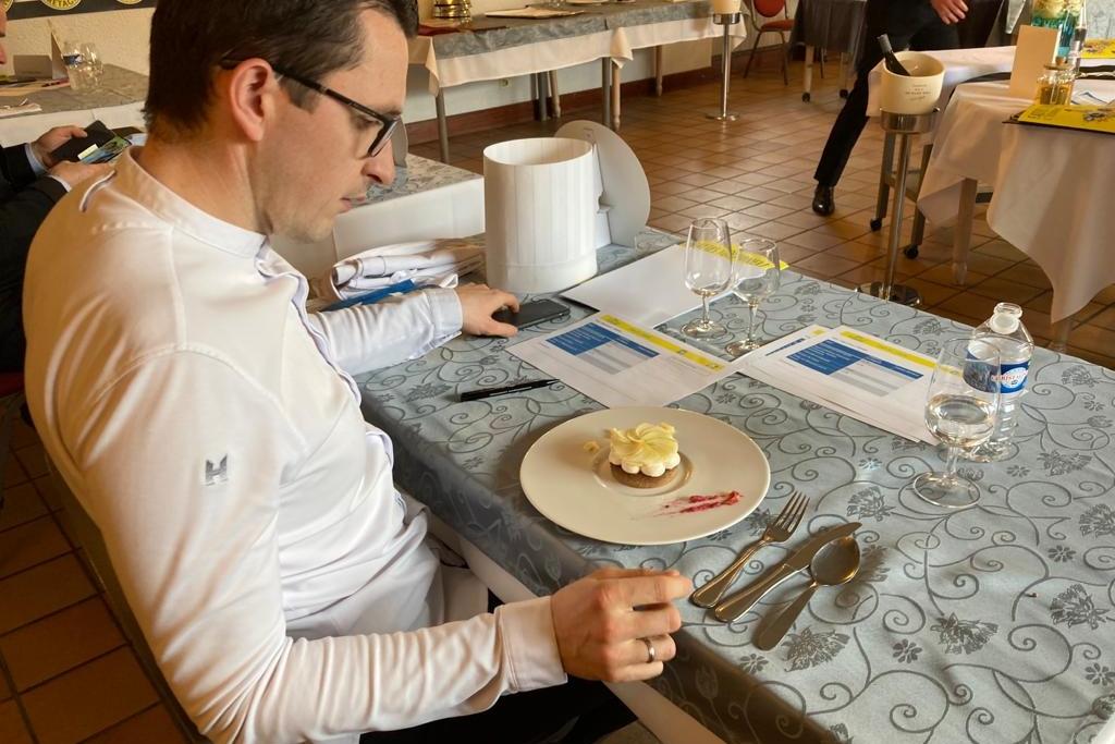 Pour élire l'équipe gagnante, un jury, notamment composé d'un restaurateur étoilé, a goûté et noté toutes les préparations.