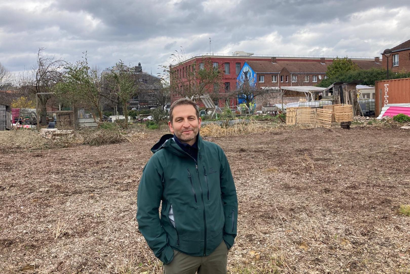 Pierre Wolff, coordinateur du projet, sur la friche industrielle transformée en terrain maraîcher.