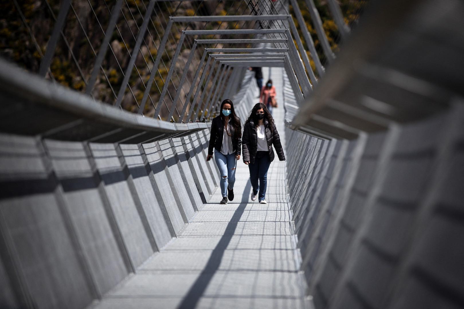 Les locaux ont été les premiers à fouler ce nouveau pont