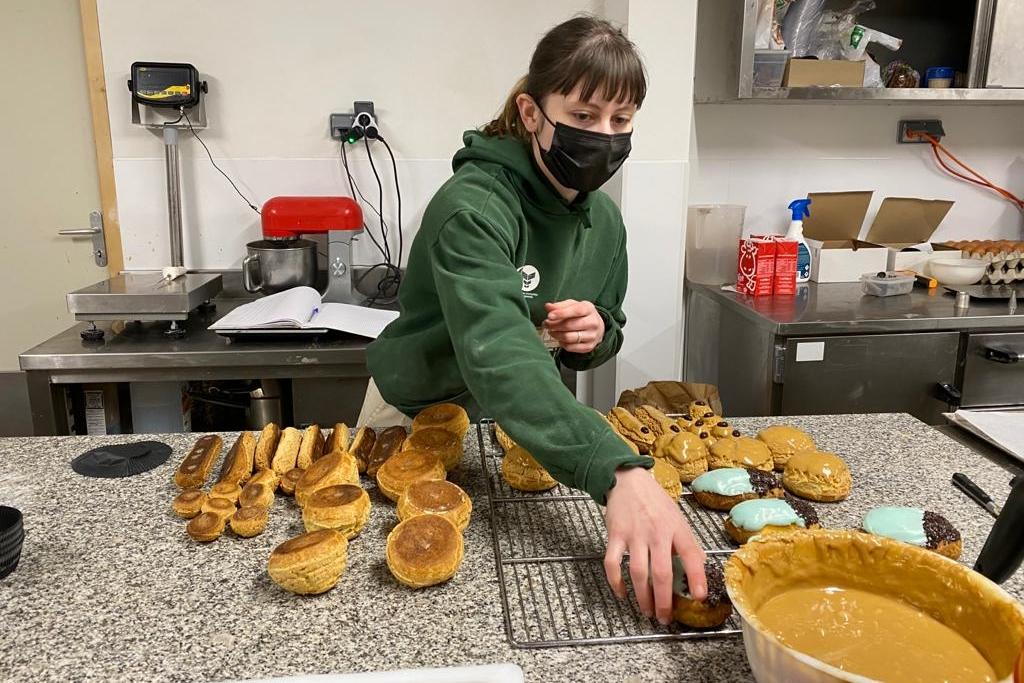 Léa prépare les pâtisseries du jour...
