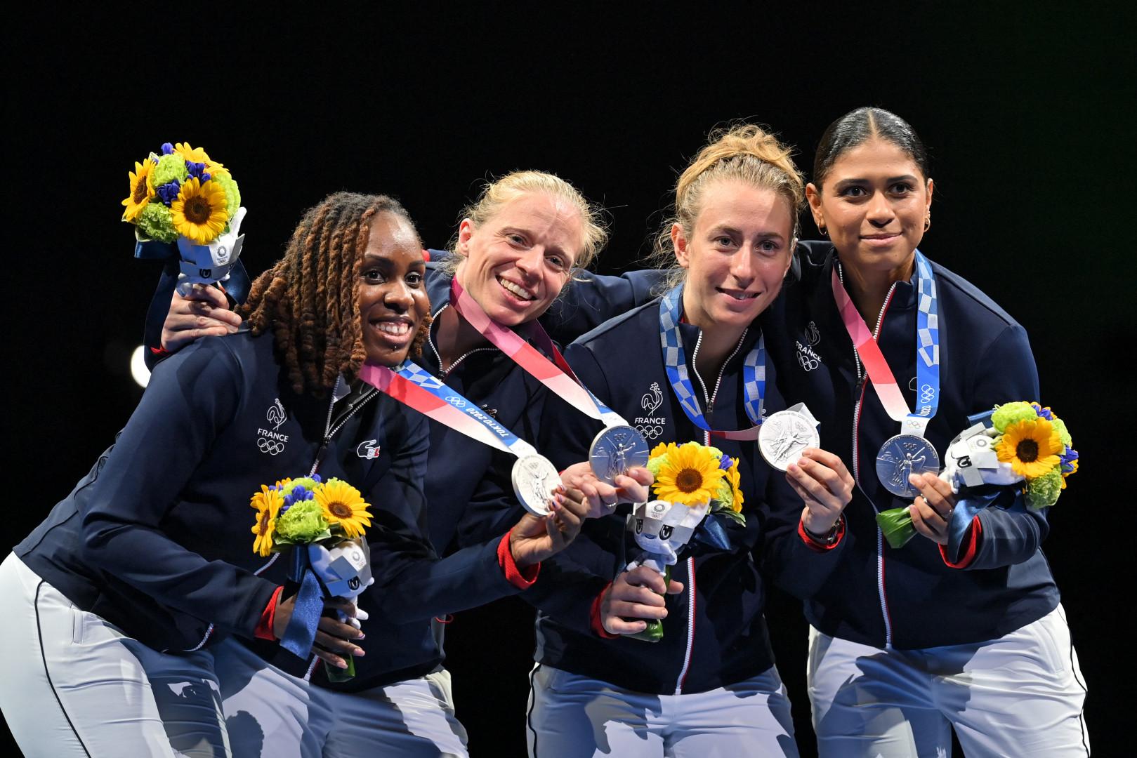Les Françaises sur le podium au Fleuret, Astride Guyard, Anita Blaze, Pauline Ranvier, Ysaora Thibus à Chiba le 29 juillet 2021.