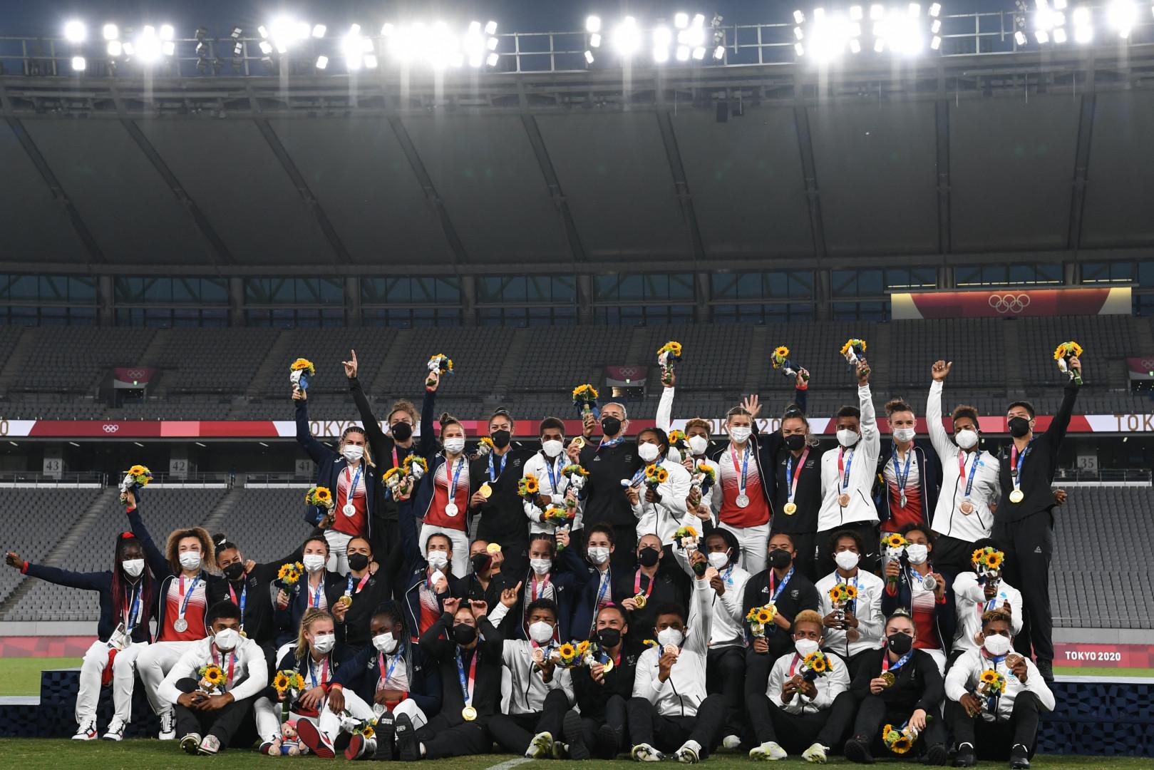 L'équipe de France de rugby à 7 célèbre sa médaille d'argent à Tokyo le 31 juillet 2021.