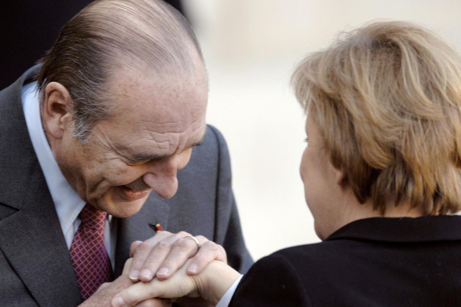 Le président français Jacques Chirac salue la chancelière allemande Angela Merkel, le 23 novembre 2005 à l'Elysée à Paris.