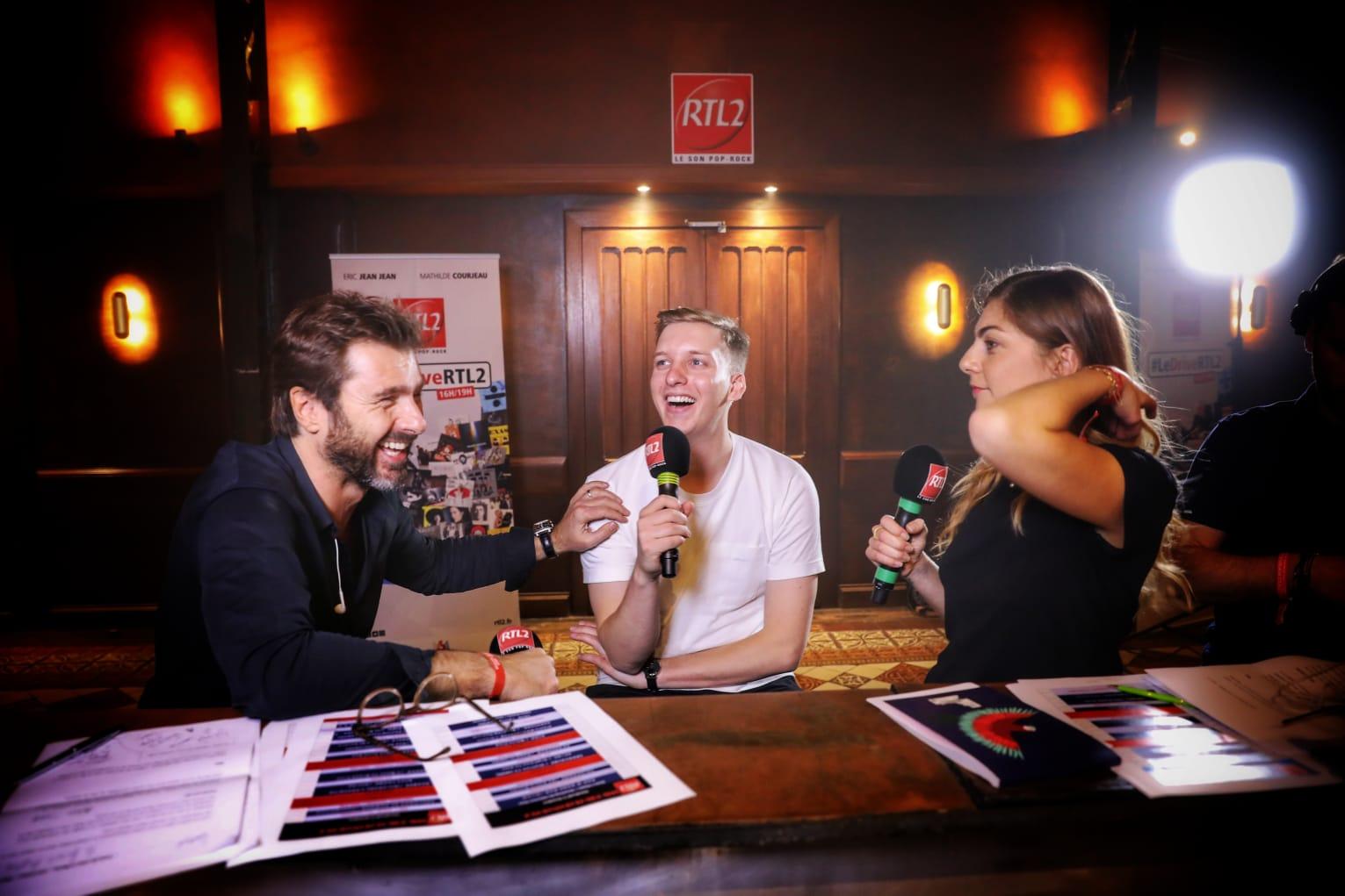 George Ezra au micro d'Eric Jean Jean et Mathilde Courjeau dans #LeDriveRTL2 en direct du Pop-Rock Live au Trianon