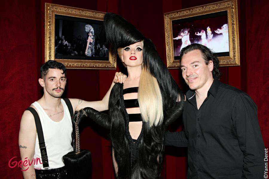La statue Lady Gaga entourée par Charlie Le Mindu styliste et Jean Baptiste Seckler sculpteur du musée